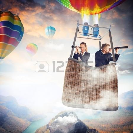 42609172-empresarios-con-binoculares-en-globo-de-aire-caliente